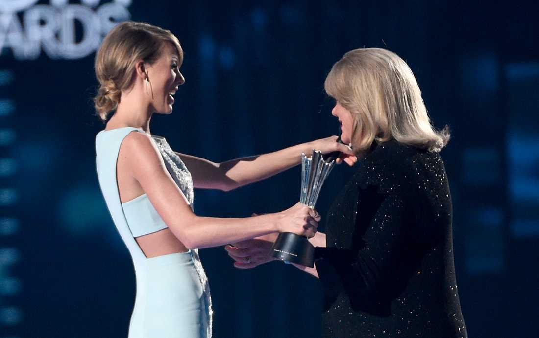 Taylor Swift mottar ett pris av sin mamma Andrea, 2015.