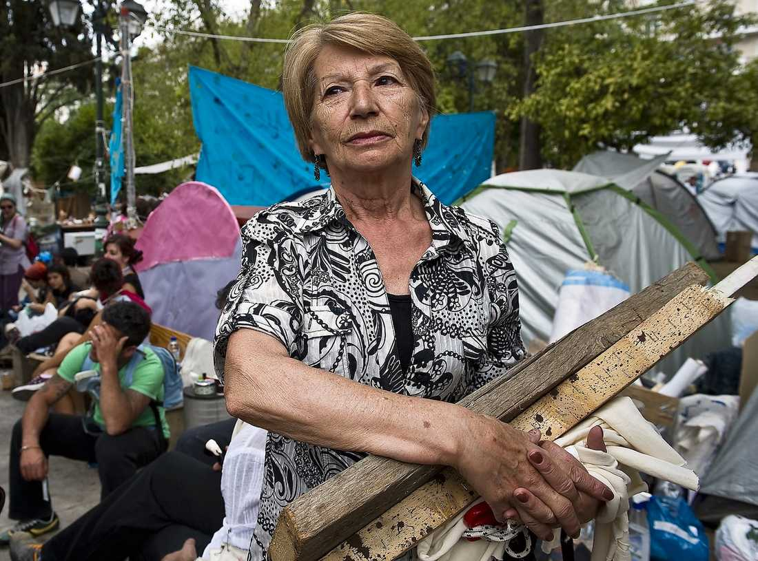 kämpar för barnbarnen 72-åriga Dimitra deltar i demonstrationerna på det brinnande Syntagmatorget för sina barnbarns skull.