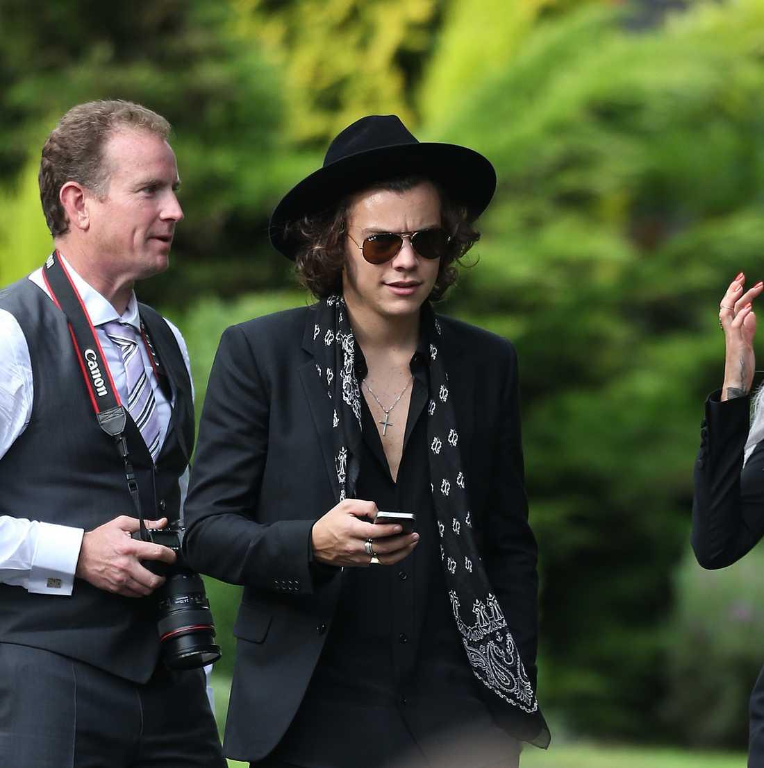 Harry Styles bjuder på bröllopsgäster på torsofest.  FOTO: Bulls