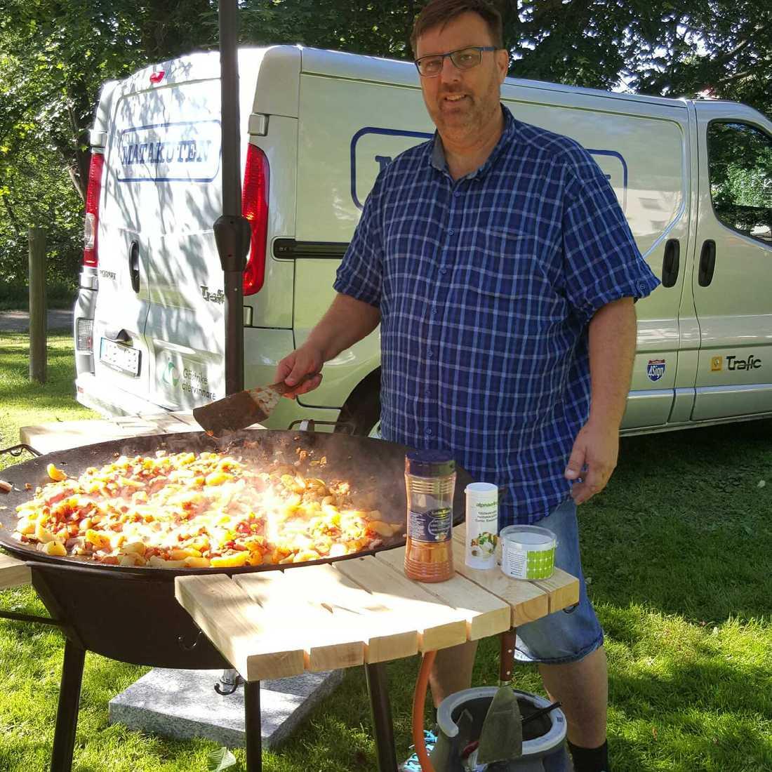 Lasse Wennman har även en stekhäll som han använder för att laga middagar till behövande i parker och torg. Råvarorna har skänkts från butikerna.
