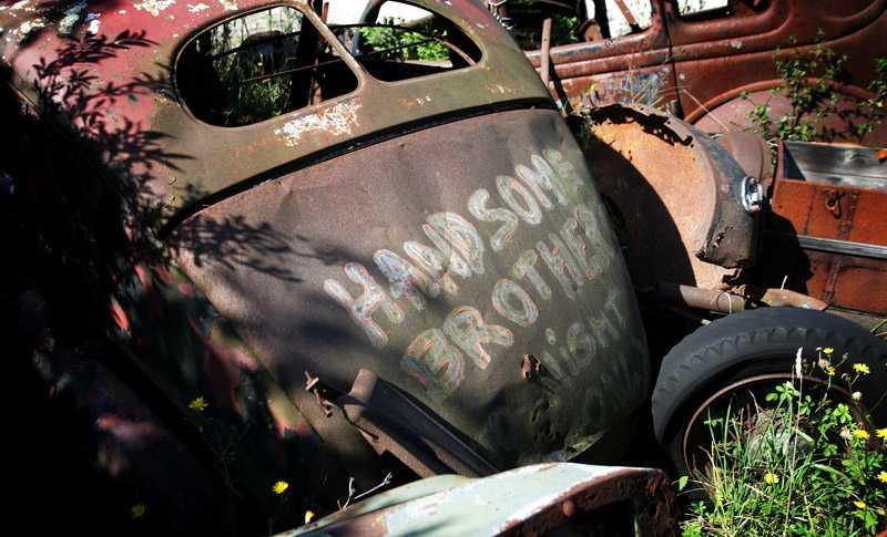 Bakgården till Kutens bensin är en hel kyrkogård med gamla rostiga bilar.