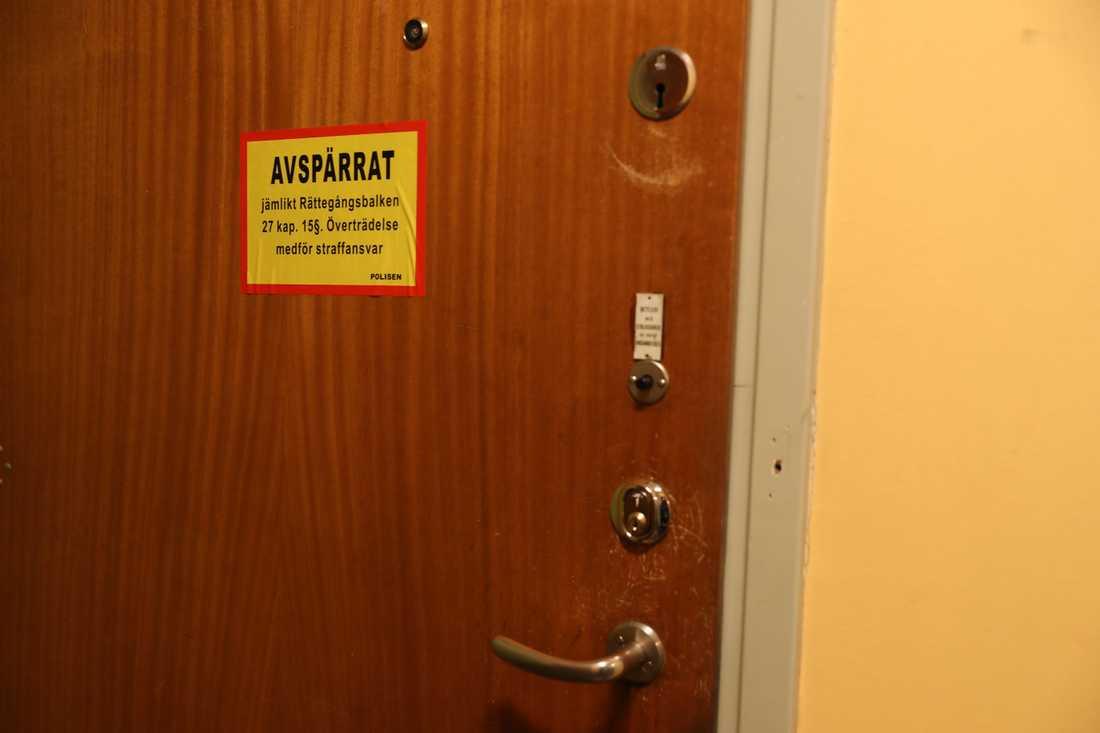 Dörren till lägenheten där den försvunne mannen bor.