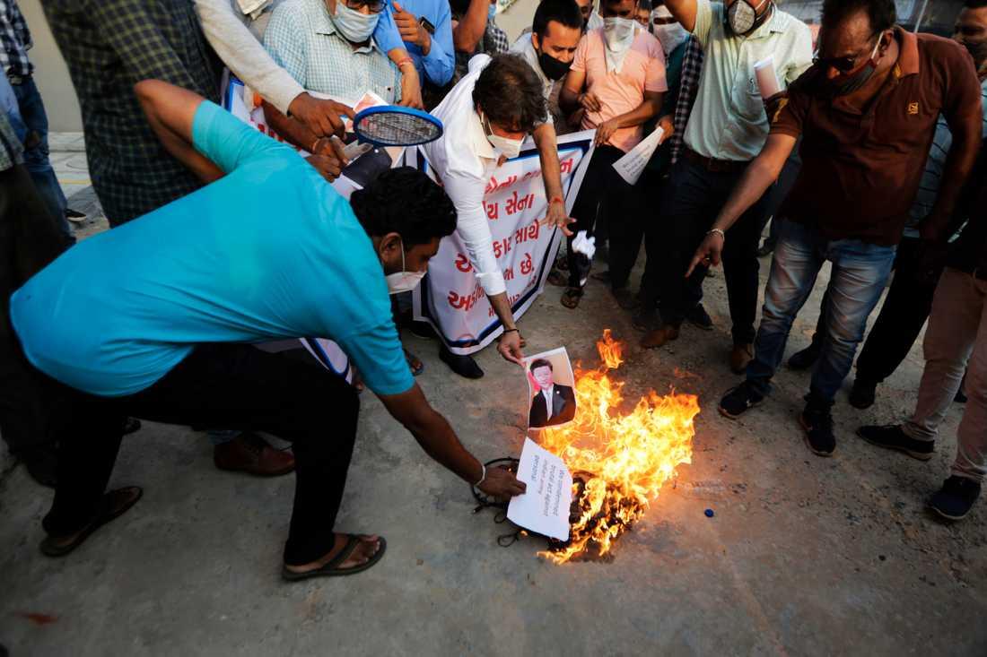 Den kinesiske presidenten Xi Jinpings porträtt bränns under en protest i indiska Ahmedabad sedan tre indiska soldater dödats vid en omdiskuterad gränsövergång.