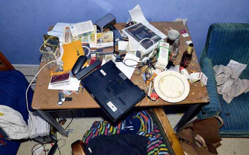 Ett skrivbord i en av de åtalades lägenhet.