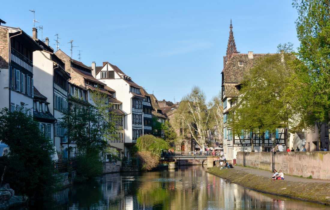 Vårvärmen får invånarna i östfranska Strasbourg att njuta längs kanalerna. Hit åker EU-parlamentets ledamöter minst en gång i månaden. Arkivfoto.