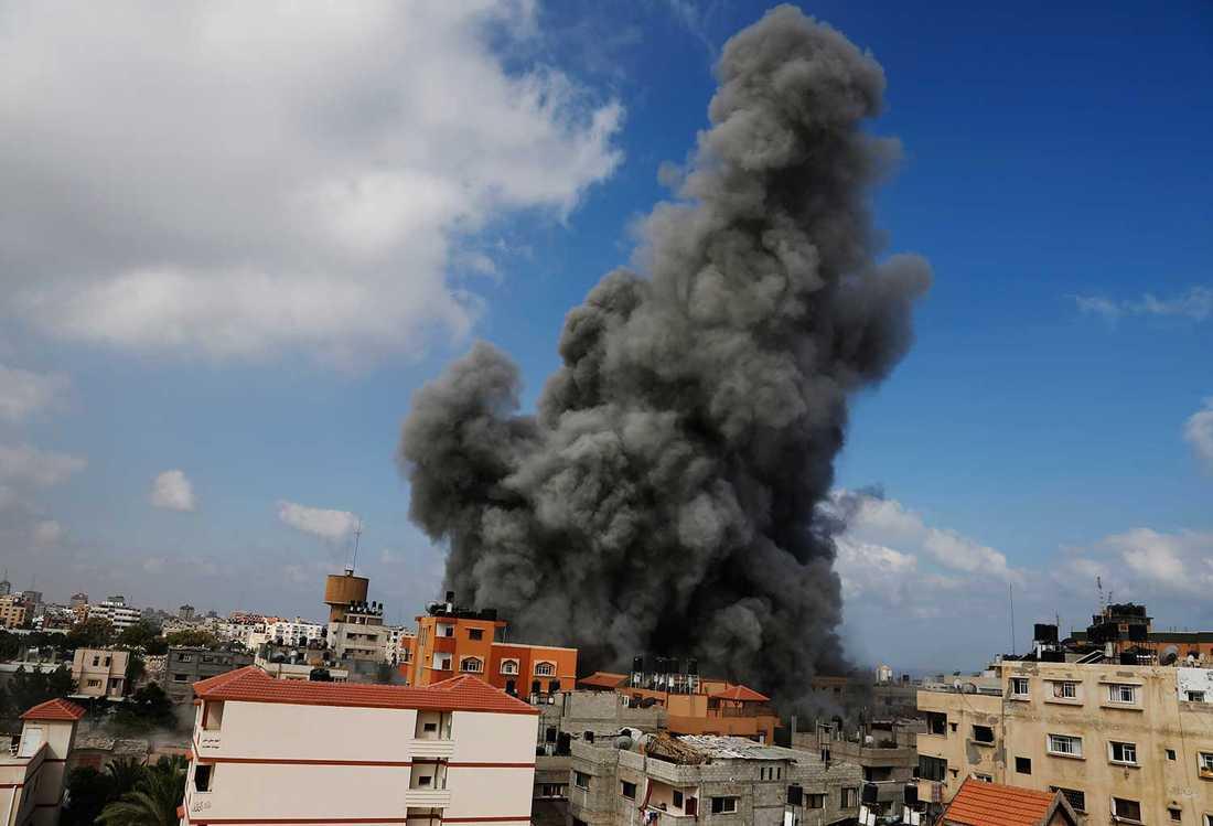 BOMBERNA FALLER TUNGT ÖVER GAZA Al-Aqsas satellit-tv-station i Gaza city träffades av en bomb i dag. Totalt har 1 300 palestinier  och 50 israeler dödats.