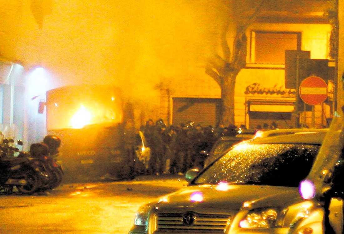 I BRAND Huliganerna gick till kraftig attack mot polisen i Rom i natt. Bilar sattes i brand och byggnader, bland annat en polisstation, vandaliserades. Enligt uppgifter i natt har tio polisera skadats. Det som utlöste upploppet var att polisen tidigare på morgonen sköt en Lazio-supporter till döds.
