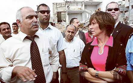 Mitt i smeten Mona Sahlin under ett besök i Qualquilja på Västbanken. Senare under veckan slog bomber ner omkring henne i Sderot, något som kan feltolkas.