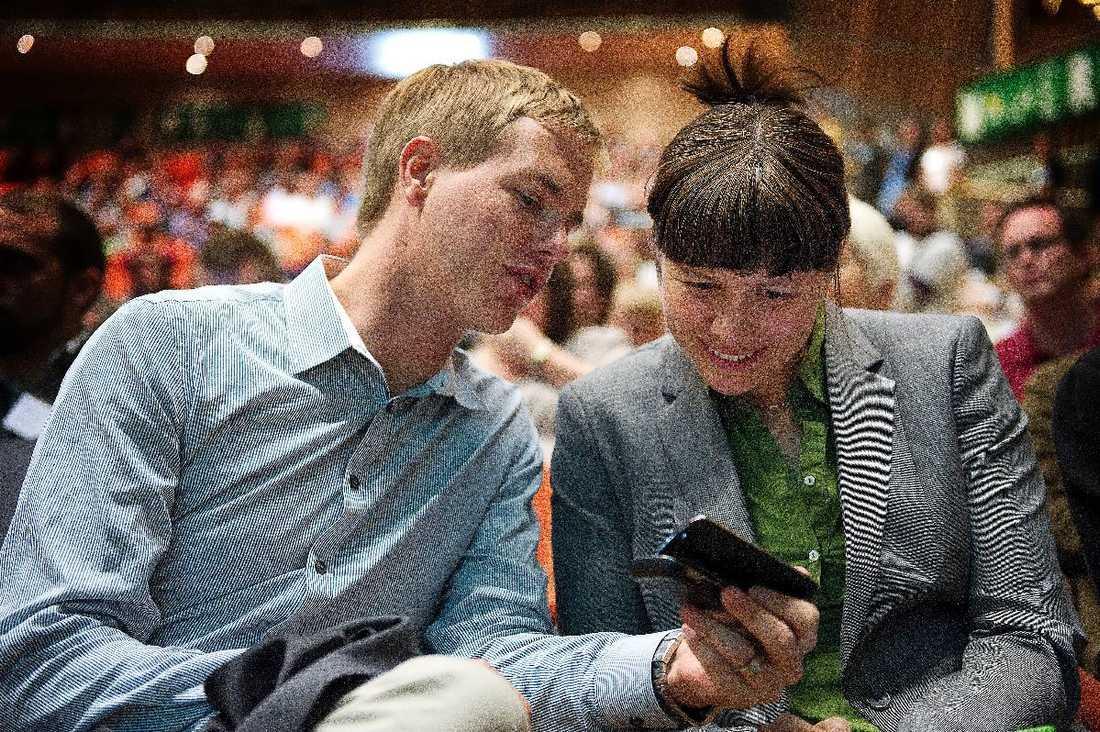 Redo att ta kontaktEnligt uppgifter till Aftonbladet ska språkrören Gustav Fridolin och Åsa Romson vara redo att ge sitt stöd till Stefan Löfven – och vara öppna för ett regeringssamarbete med Socialdemokraterna.