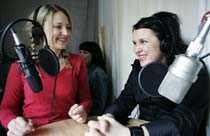 """Klara Zimmergren och Mia Skäringer spelar in """"Roll-on"""" på Sveriges Radio."""