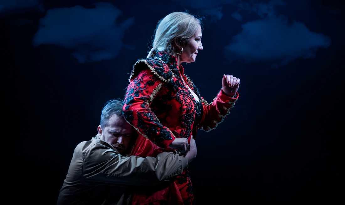 Daniel Johansson och Miriam Treichl i Johanna Garpes uppsättning av Carmen på Kungliga Operan