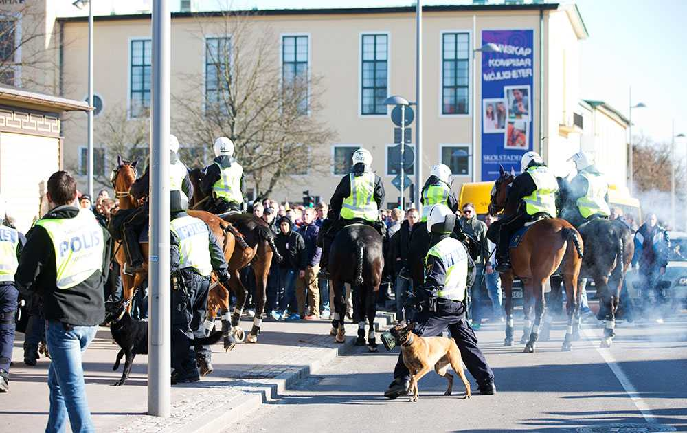 Ridande poliser övervakar supportergrupper och försöker hålla isär dem