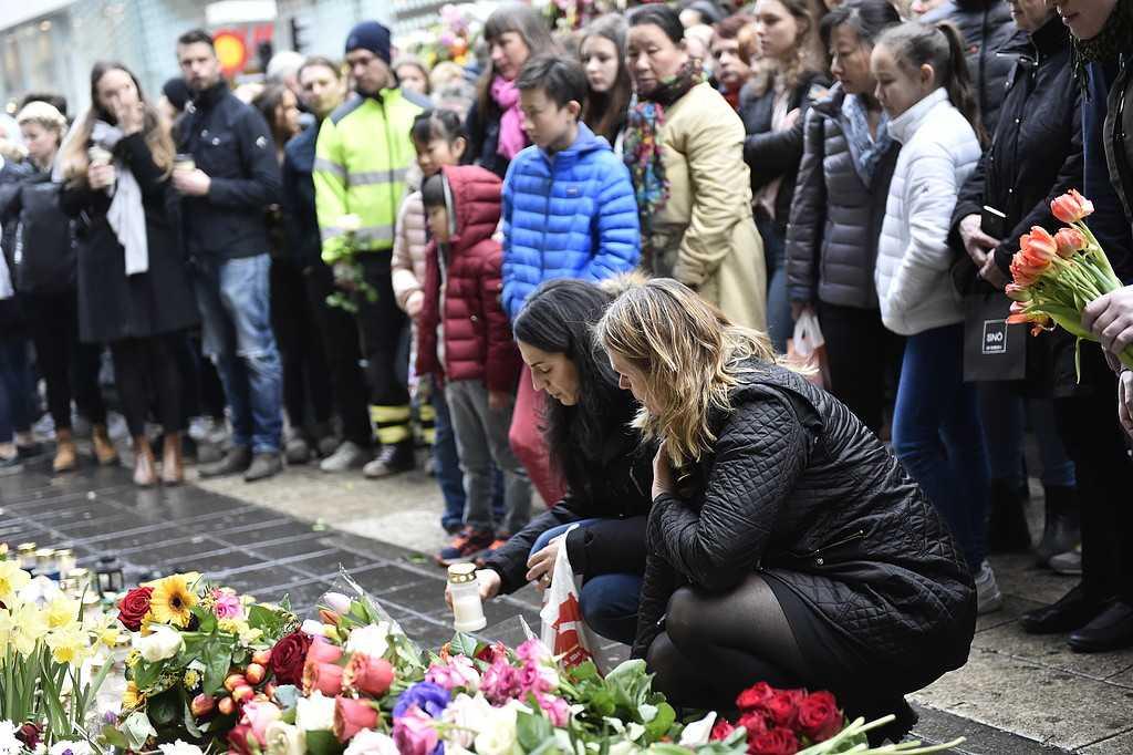 Blommor vid Åhlens på Drottninggatan i Stockholm i samband med den tysta minuten för att hedra offeren i fredagens terrorattentat.