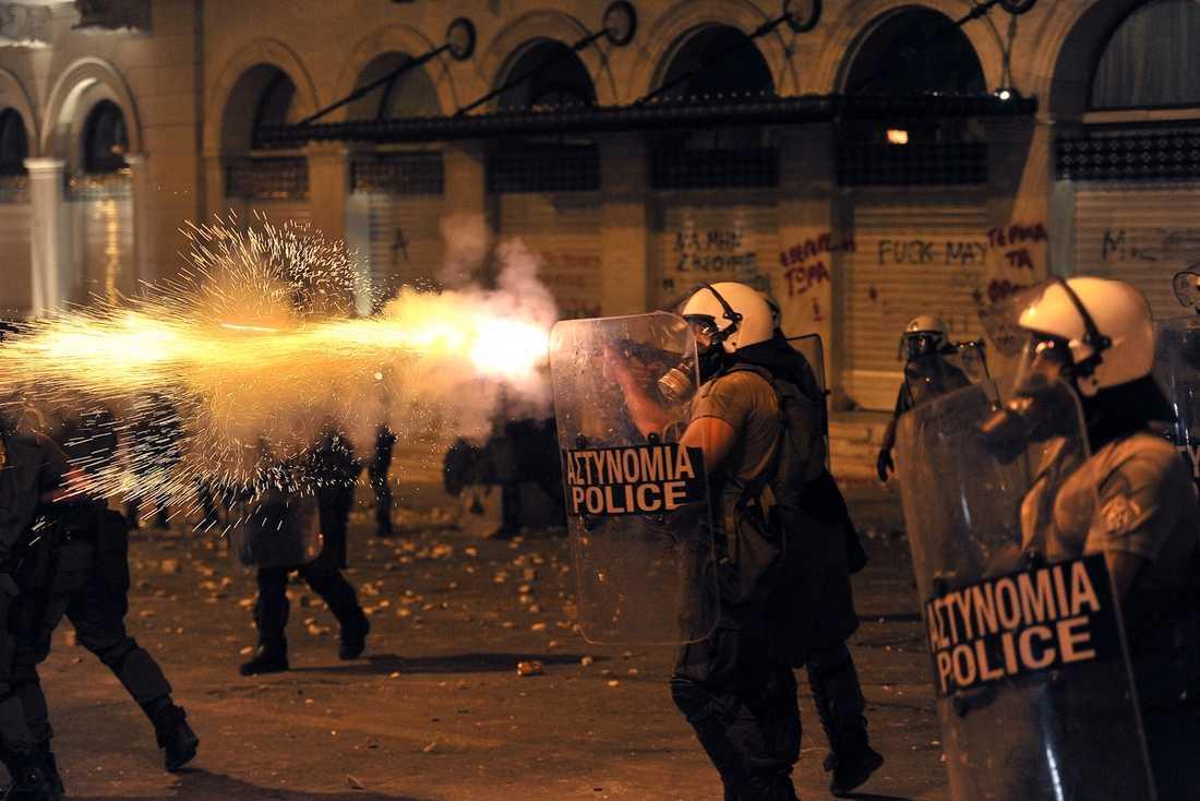 POLISVÅLD  Greker vittnar om hur polisen gav sig på oskyldiga och obeväpnade.