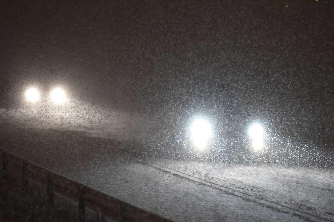 Kraftigt snöfall på E4 utanför Nyköping.