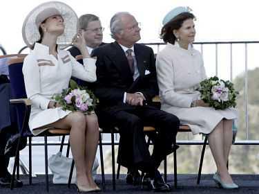 Hoppla Före den dramatiska attacken hamnade kronprinsessan i ett annat sorts blåsväder. När hon invigde den nya Svinesundsbron hade hon fullt sjå med att hålla både hatt och kjol på plats i den hårda vinden.