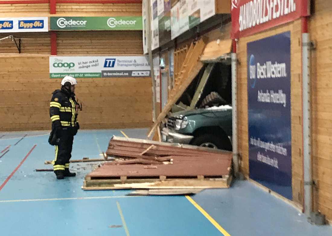 Kraschen orsakade skador på fasaden som är en handbollshall i Märsta.