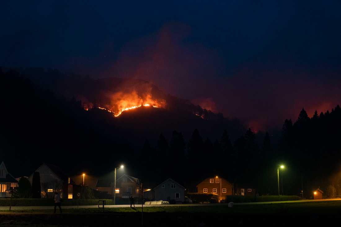 Branden närmar sig bebyggelsen i Sokndal kommun i Norge.