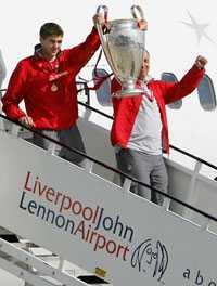 POKALEN INNAN Liverpools lagkapten Steven Gerrard och managern Rafael Benitez håller upp Champions League-pokalen – innan Milan Baros tappade den på ett piano.