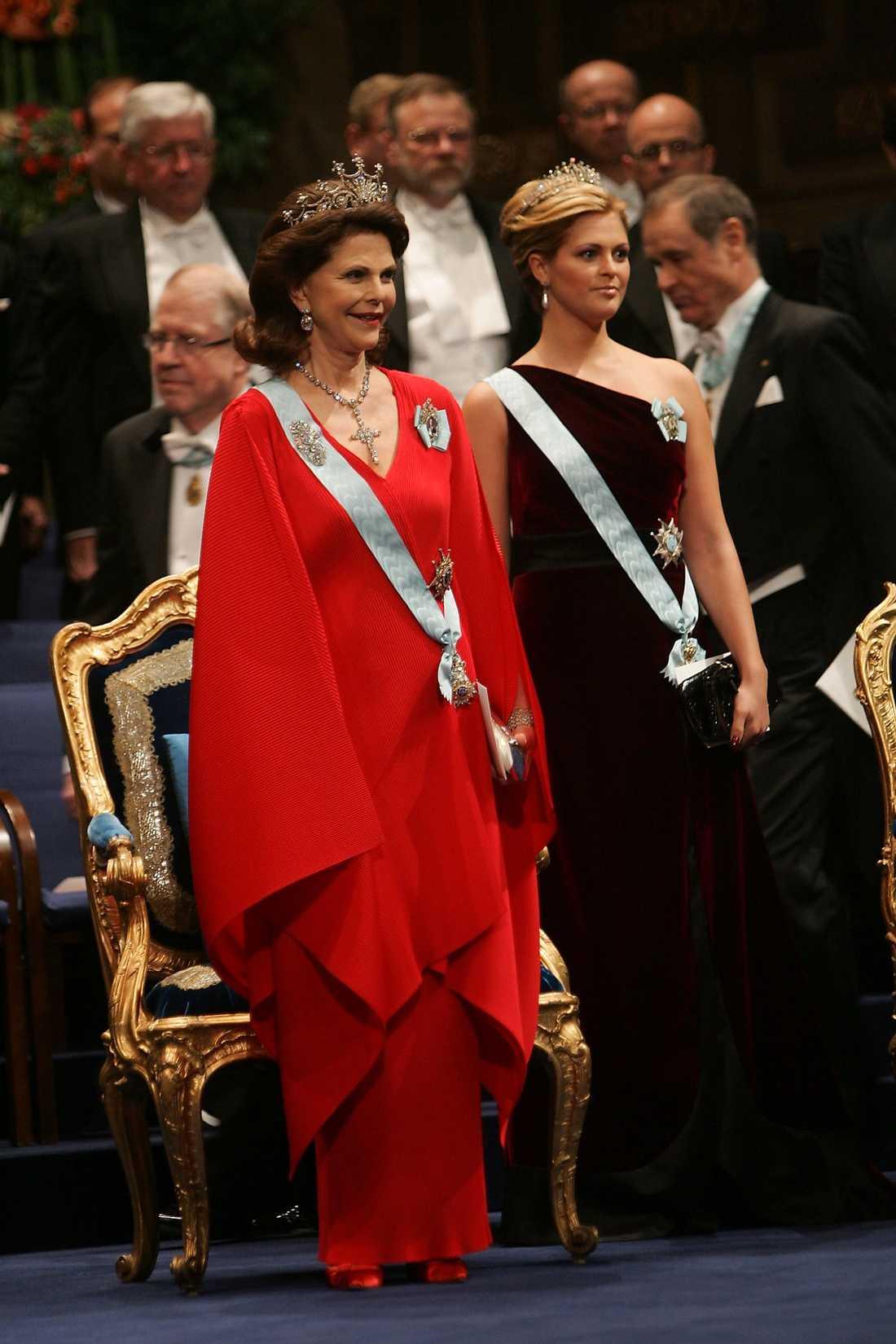 Silvia klär så himla bra i starka färger och jag älskar det här lite annorlunda rebelliska röda skynket. Även den från 2007, ett mycket bra år för kungafamiljen!