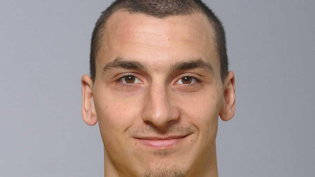 Snaggad På de officiella bilderna inför VM 2006 var Zlatan plötsligt snaggad.