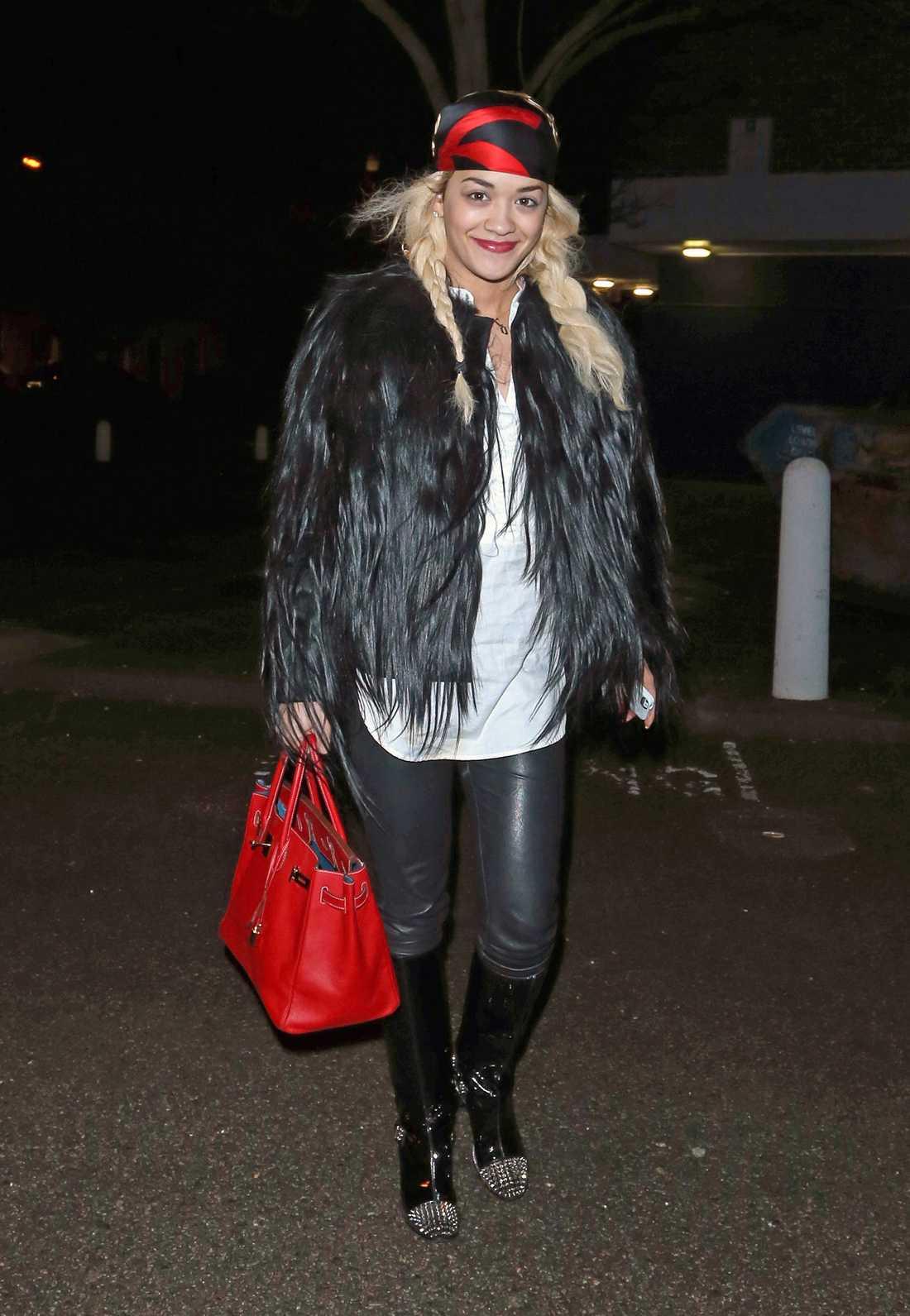 """Nitar, päls, lack och läder! Rita Ora lever inte efter devisen """"less is more""""."""