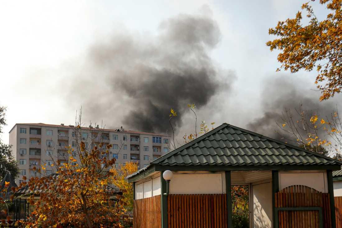 Rökplymer över Berde i Azerbajdzjan efter en robotattack på onsdagen.