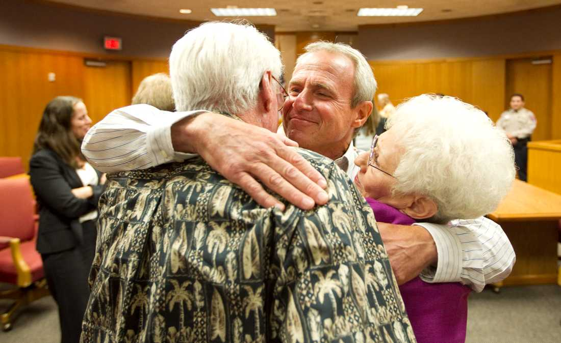Glädje Michael Morton kramar sina föräldrar Bill och Pat efter beskedet att han är rentvådd.
