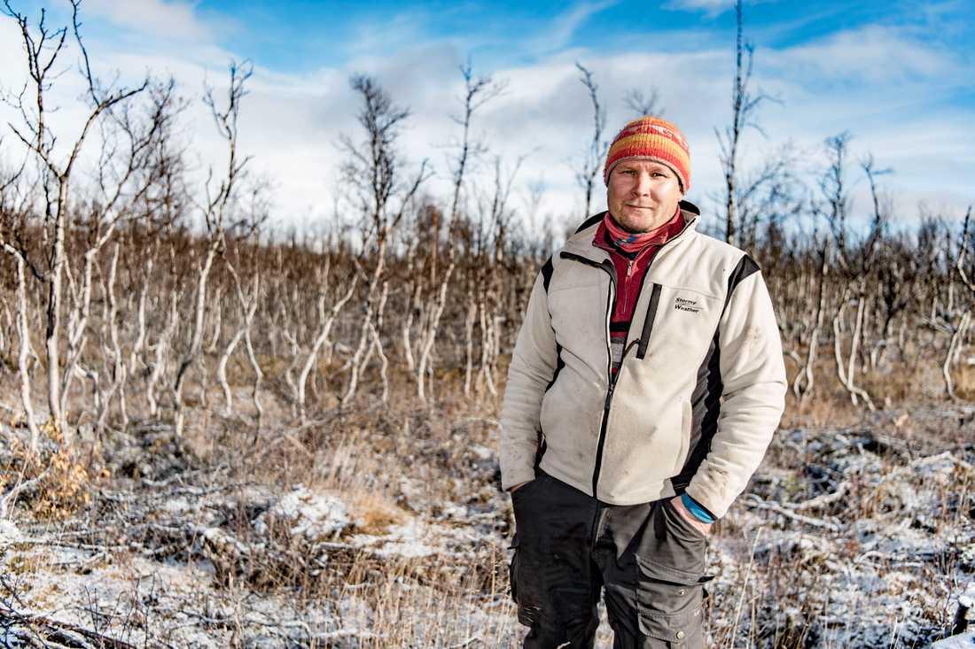 """""""När det är varmt på sommaren måste renarna stå och svalka sig på snöfläckar. Det blir färre betestimmar,"""" berättar Gabna samebys ordförande Lars-Ànte Kuhmunen."""