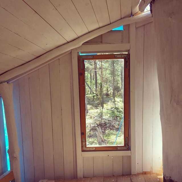 Den har flera fönster och utrymme.