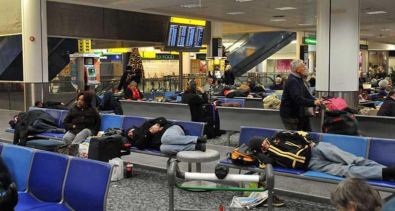 STRANDADE Tusentals övernattar på Storbritanniens flygplatser efter det värsta snöovädret på hundra år. I morse var 250 flygningar inställda.