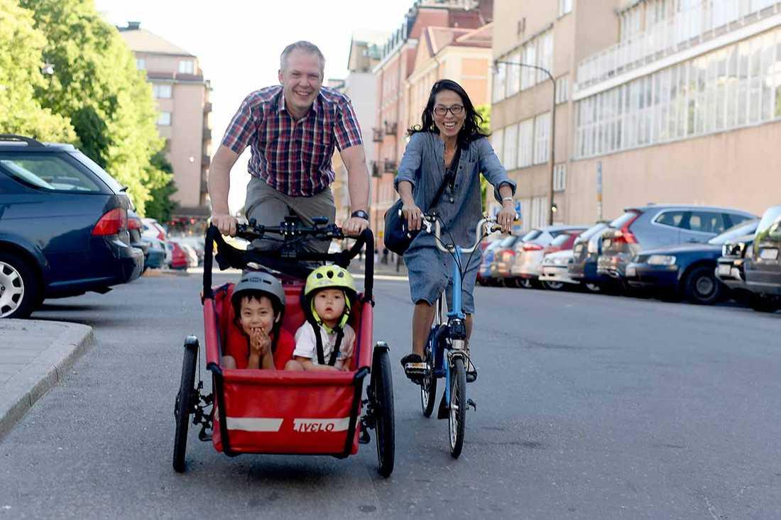 Familjen Lagerqvist tröttnade på bilen – och hakade på elcykeltrenden.