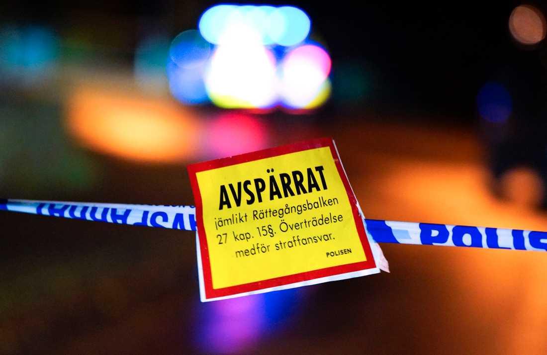Polisen knackar dörr i Visby. Arkivbild.