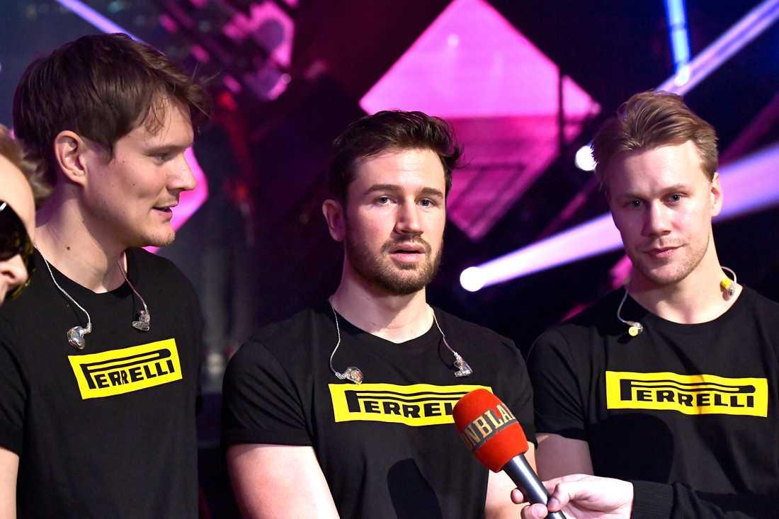 Chris Martland (i mitten) tillsammans med De vet du-kollegorna.