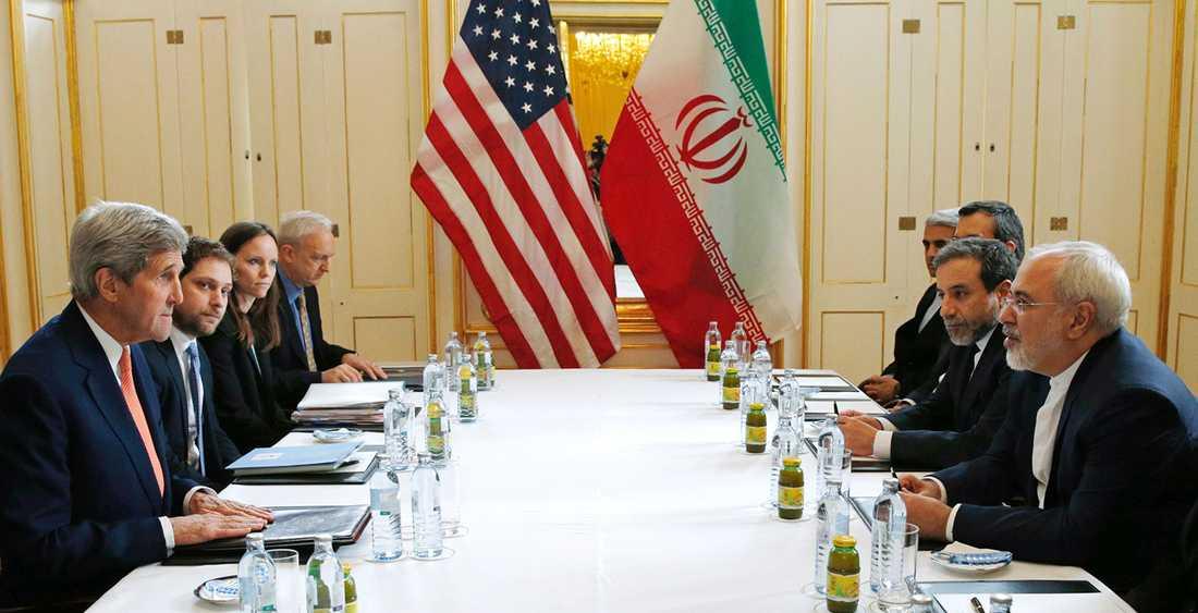 USA:s utrikesminister John Kerry vid förhandlingsbordet i österrikiska Wien med den iranske utrikesministern Javad Zarif.