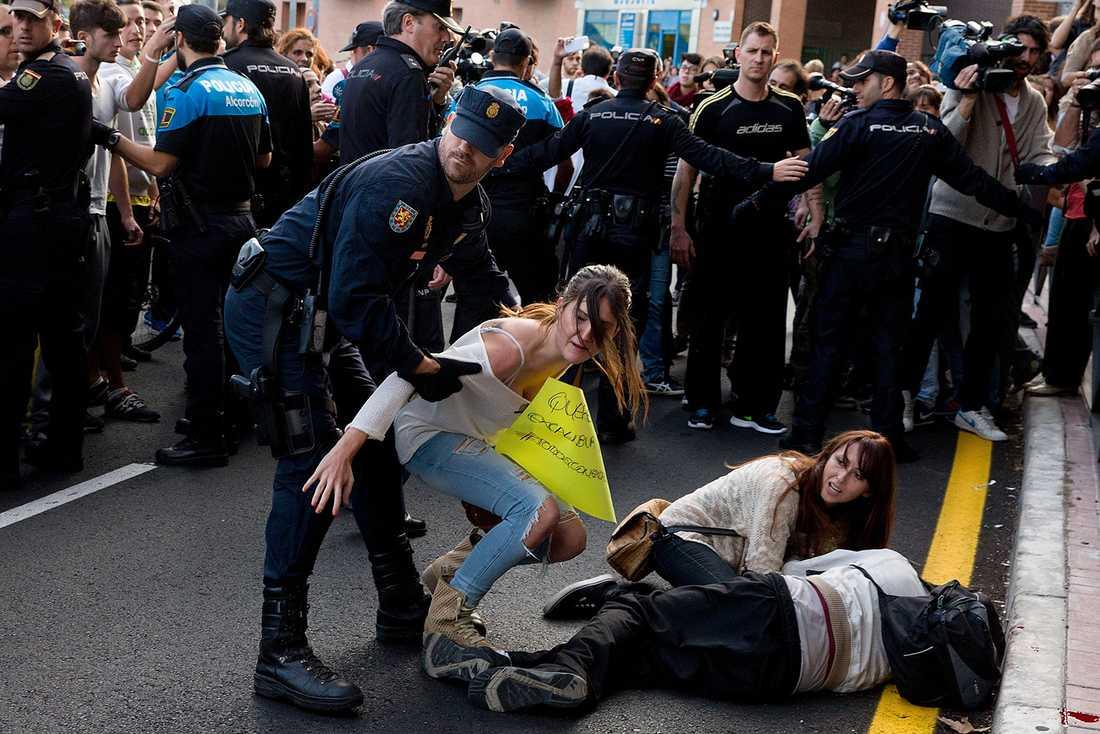 Det blev våldsamt under protesten och polisen tvingades skingra demonstranterna med batonger.