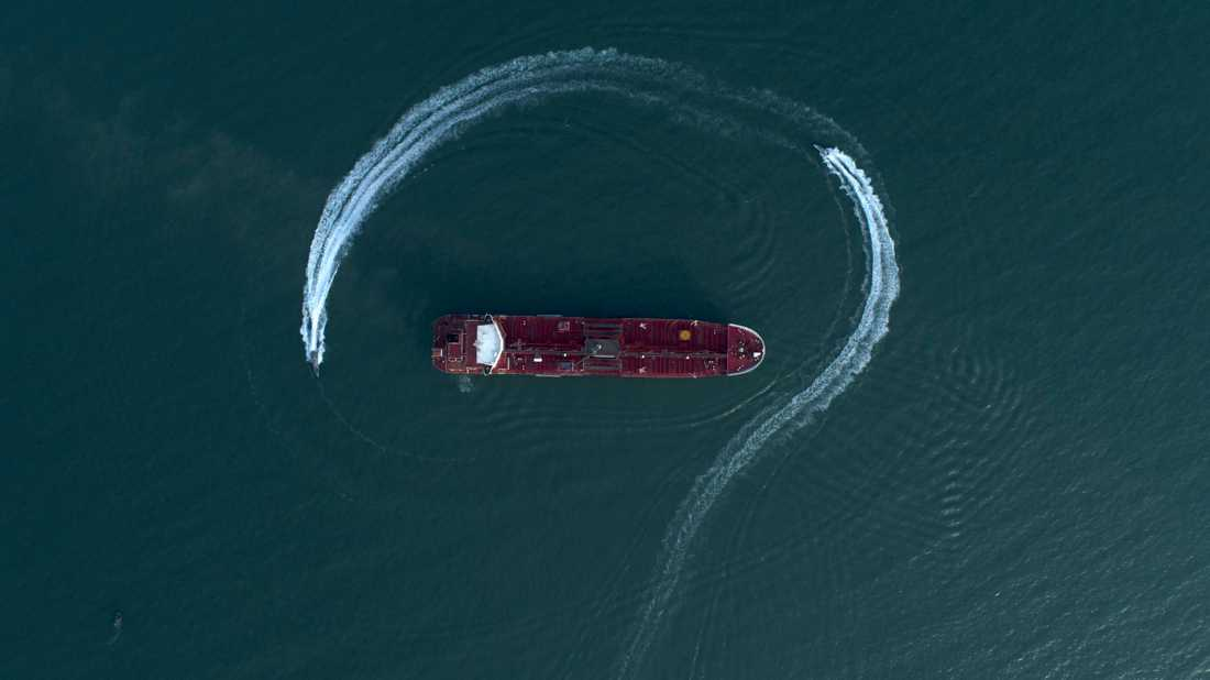 Stena Impero när fartyget omringas av iranska patrullbåtar innan det konfiskeras.