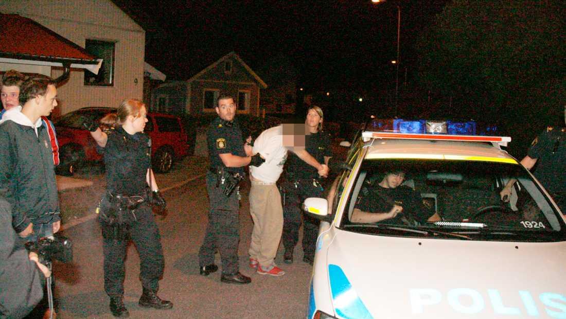 Biltjuven försökte fly från polisen, men greps på Plommongatan i Tolered på Hisingen.