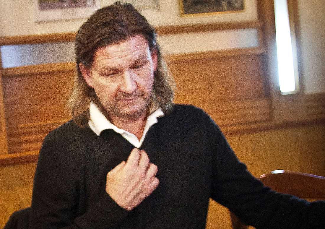 """Pistolkulan avsedd för Dragan Joksovic gick rakt igenom välkände spelaren och miljonvinnaren Christer Erikssons axel: """"Läkaren sa: du hade tur""""."""