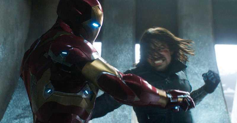 Iron Man (Robert Downey Jr) och Winter Soldier (Sebastian Stan) pucklar på varandra.