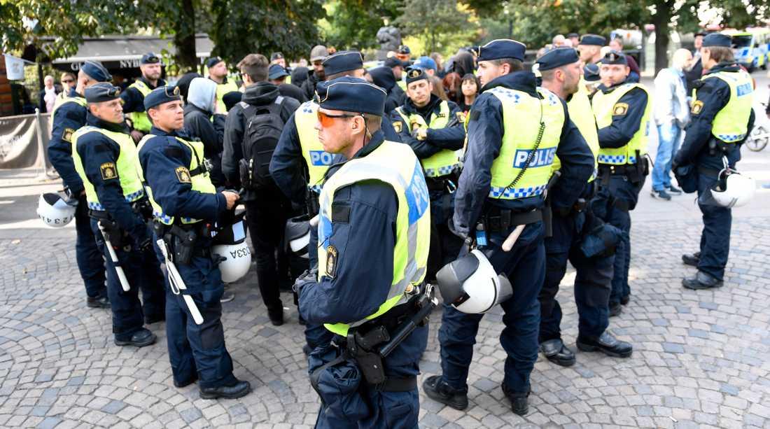 Polisen på Raoul Wallenbergs torg i Stockholm vid en tidigare demonstration.