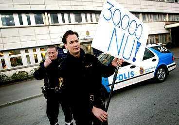 VILL HA MER Arbetsgivarna ville öka lönen med två procent. Fredrik Vastad Caesar och Mats Steen kräver 26 procent i löneförhöjning. Arlandapoliserna har startat ett löneuppror och har redan flera tusen poliser bakom sig.