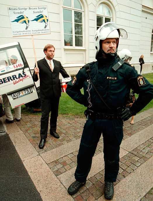 Mikael Jansson, SD, fick polisskydd efter att ett bråk uppstått efter hans tal 1998.