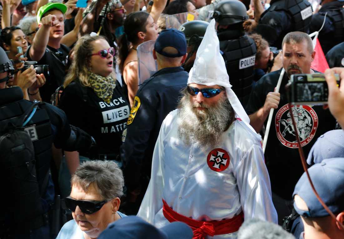 Antirasister protesterar under en högerextrem demonstration i Charlottesville den 8 juli, även den arrangerad i protest mot beslutet att flytta sydstatsmonumentet. Arkivbild.