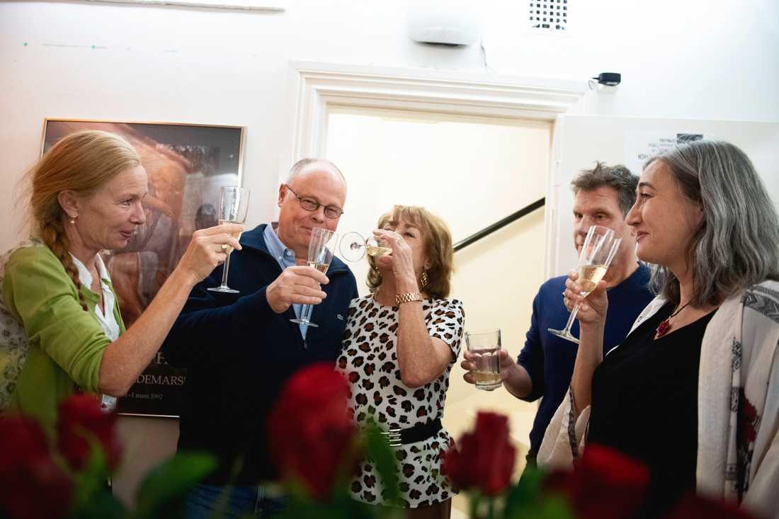 Karin Hökby, Cloffe Widén, Berit Gullberg, Lena Nylén Tyrstrup och Rickard Günther på Colombine Teaterförlag som ger ut Peter Handke skålar i champagne. Peter Handke får Nobelpriset i litteratur 2019.