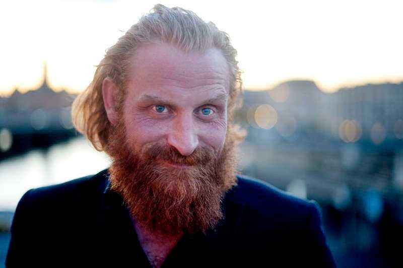 """Ersätter Persbrandt """"Game of thrones""""-kändisen Kristofer Hivju är i Sverige för att spela in """"Beck"""", där hans rollfigur ersätter Mikael Persbrandts Gunvald. """"Persbrandt är en fantastisk skådespelare, men jag får försöka vara fantastisk själv"""", säger han."""