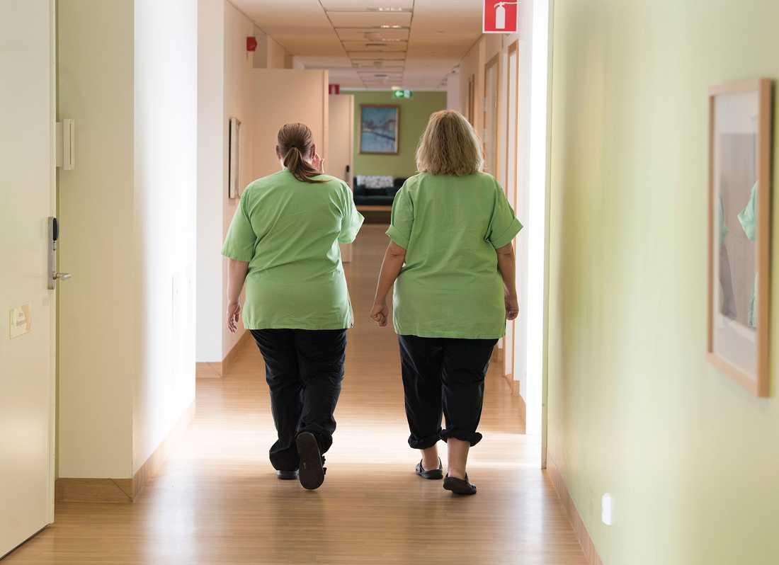 Två undersköterskor på ett äldreboende i Västerås.