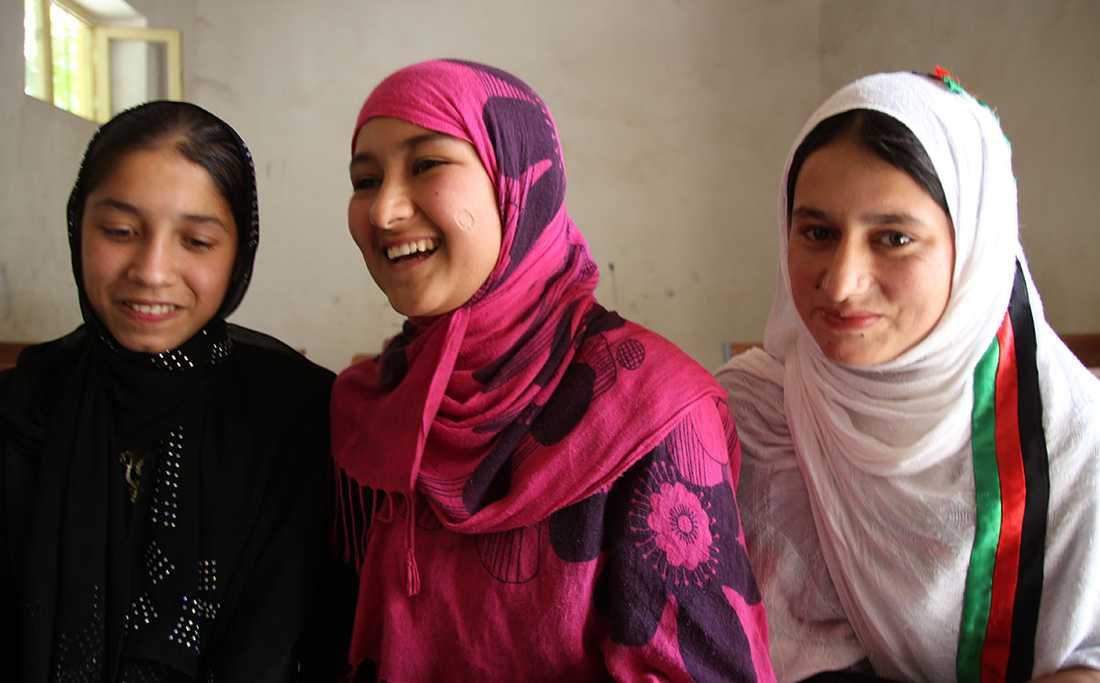 BLIVANDE EXPERTER 15-åringarna Nazaneen, Nabeela och Nooria har just kommit in på något så ovanligt som en fyraårig jordbruksutbildning för flickor i ett land härjat av krig.
