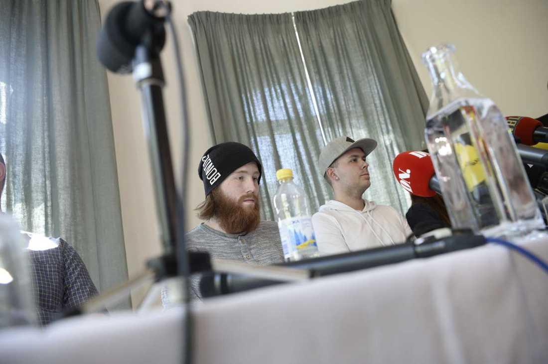 Bröderna Robin och Christian möter pressen tillsammans med sina föräldrar.