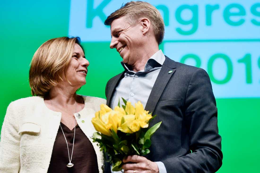 Miljöpartiets språkrör Isabella Lövin gratulerar sin nya kollega.